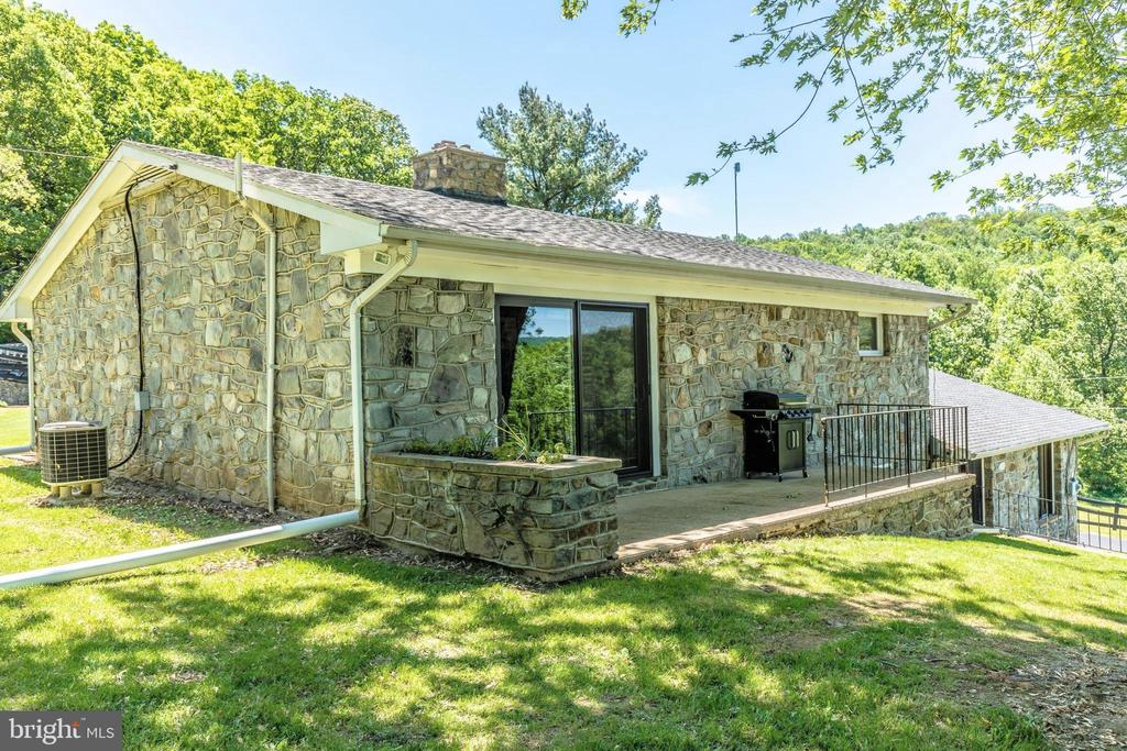 Side of main level - 6617 BROWNS QUARRY RD, SABILLASVILLE