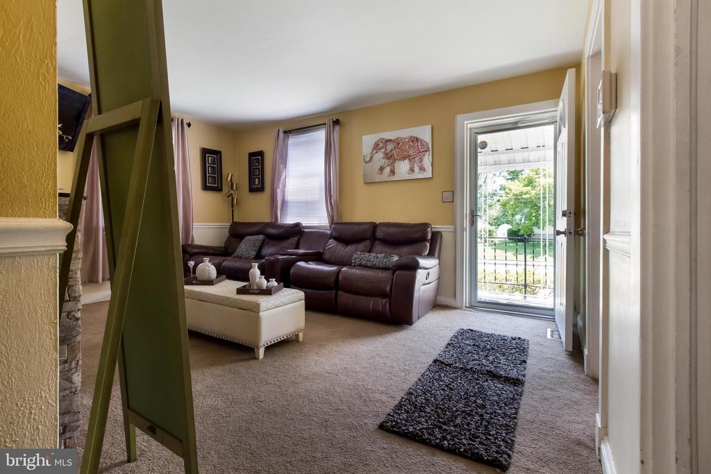 Living Room View - 6806 MARIANNE DR, MORNINGSIDE