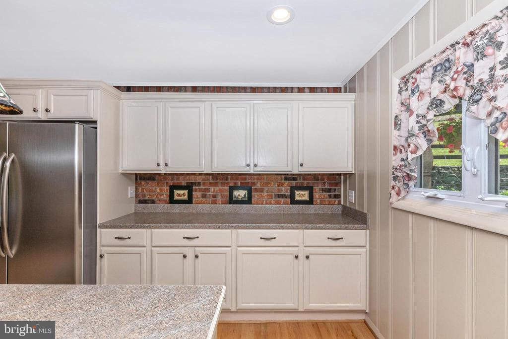 More work space and cabinetry - 6617 BROWNS QUARRY RD, SABILLASVILLE