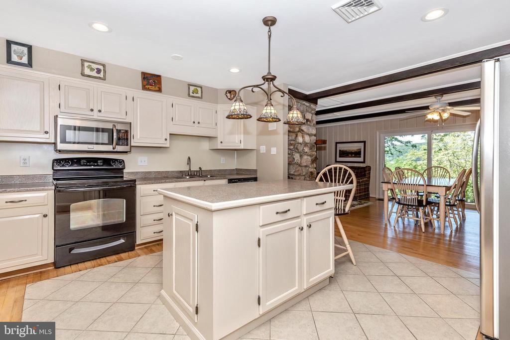 Plenty of cabinetry, lots of counter space - 6617 BROWNS QUARRY RD, SABILLASVILLE