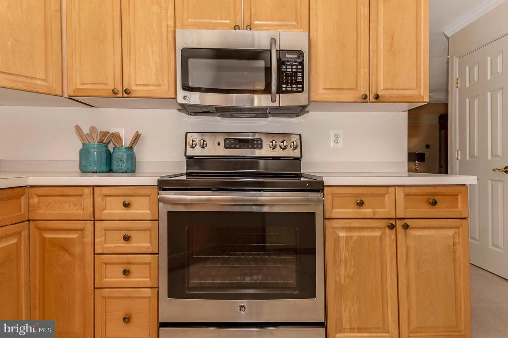 New stove and microwave - 2500 CATOCTIN CT #1-2B, FREDERICK