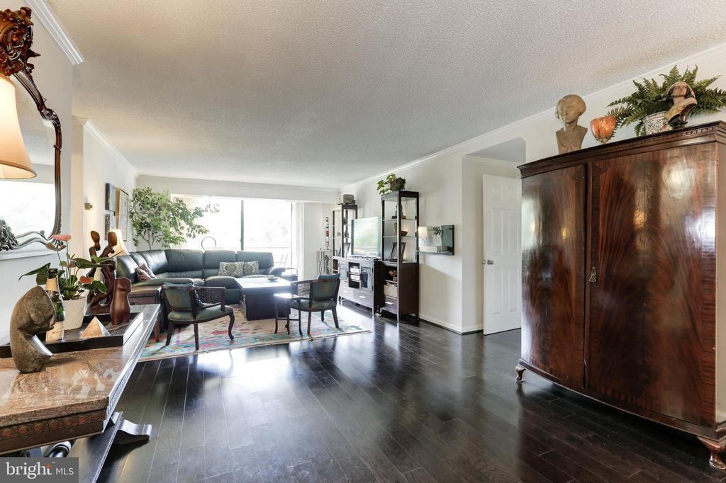 Dining Room opens to Living Room - 1800 OLD MEADOW RD #1020, MCLEAN
