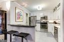 Kitchen with breakfast bar - 1800 OLD MEADOW RD #1020, MCLEAN