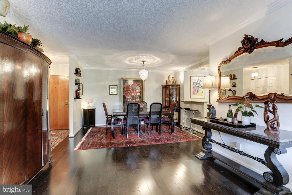 Large Living Room and Dining Room for entertaining - 1800 OLD MEADOW RD #1020, MCLEAN