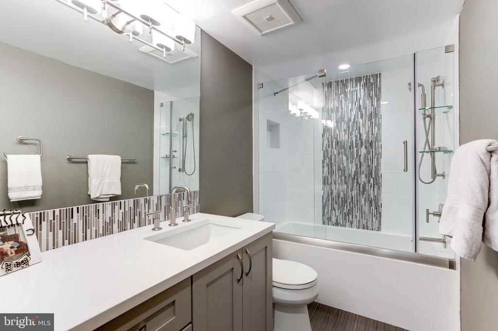 Totally remodeled 2nd full bath - 1800 OLD MEADOW RD #1020, MCLEAN