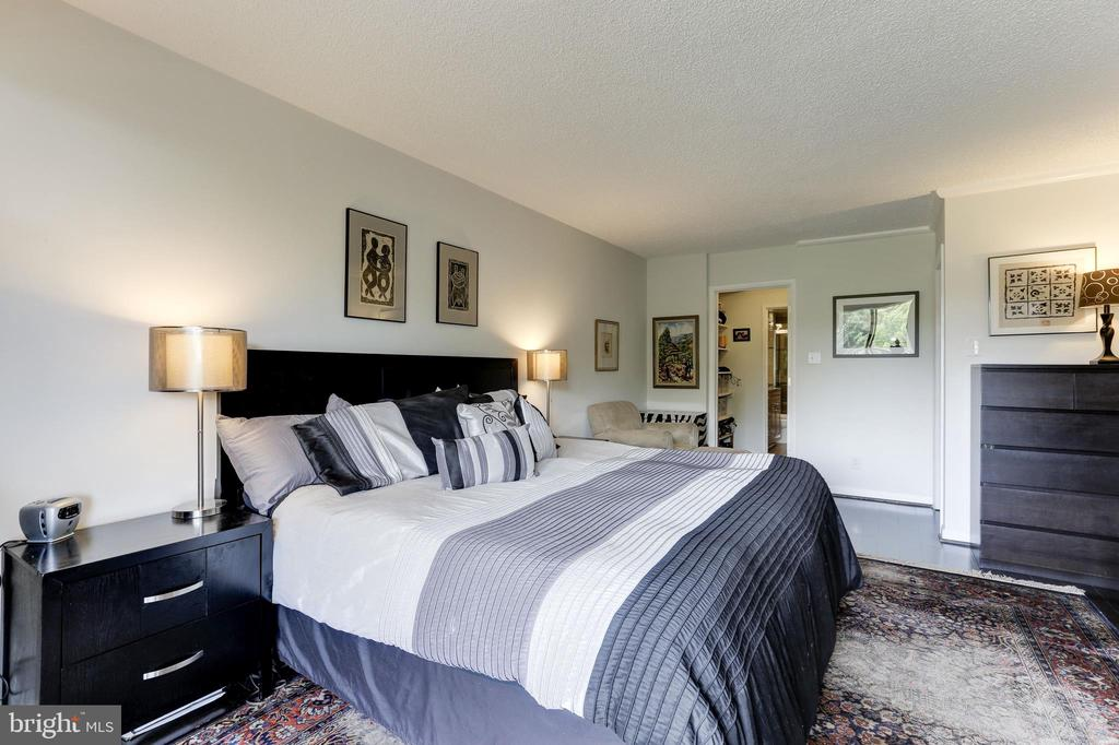Master Bedroom with walk in closet and full bath - 1800 OLD MEADOW RD #1020, MCLEAN