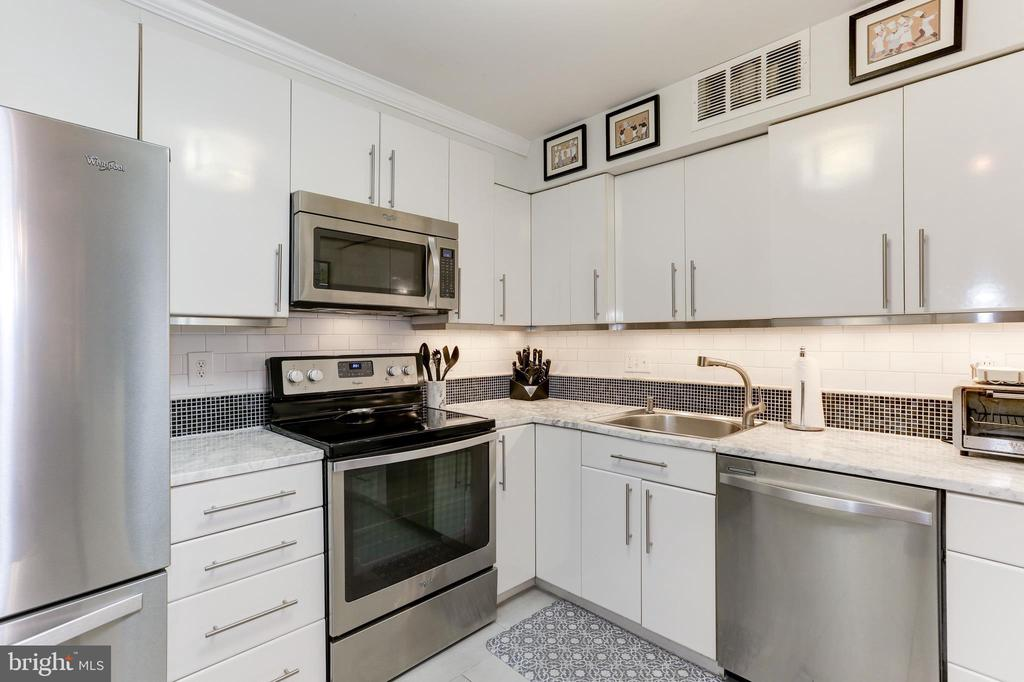 Bright Kitchen - 1800 OLD MEADOW RD #1020, MCLEAN