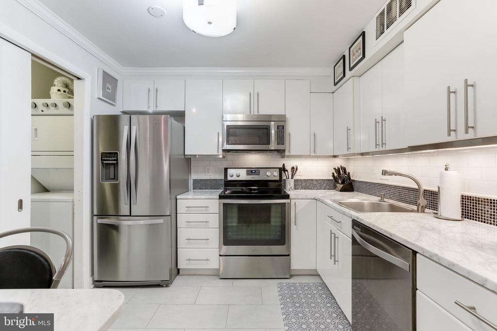 Kitchen with SS appliances - 1800 OLD MEADOW RD #1020, MCLEAN