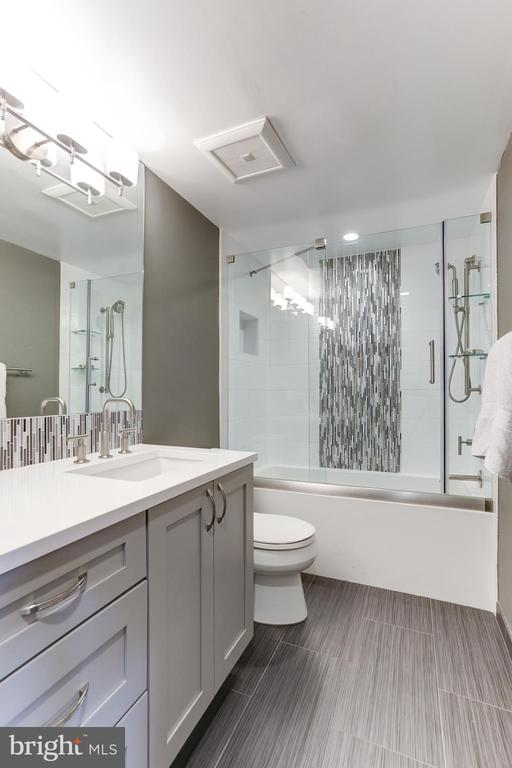 2nd full bath with soaking tub - 1800 OLD MEADOW RD #1020, MCLEAN