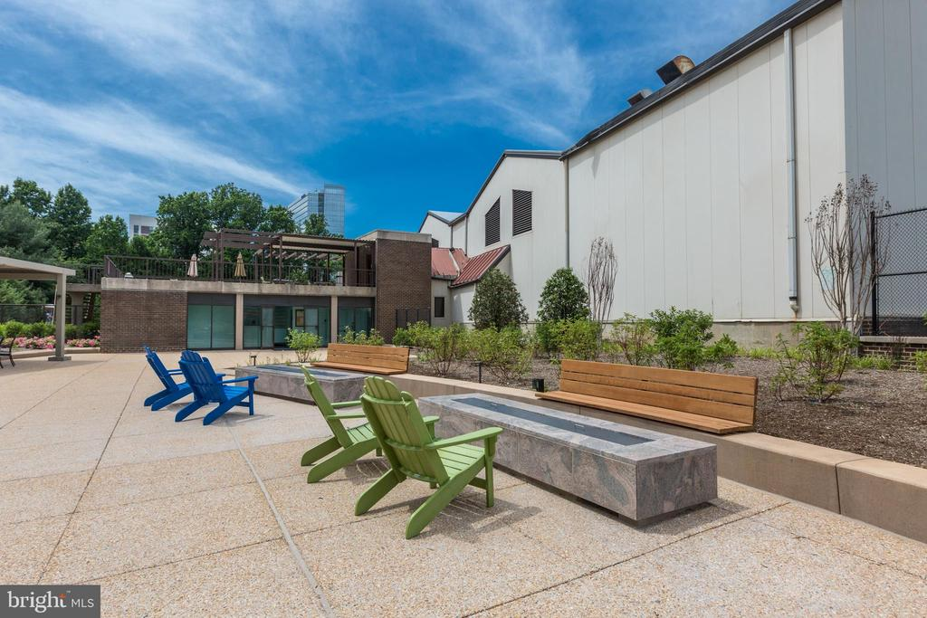 Firepits and seating on the courtyard - 1800 OLD MEADOW RD #1020, MCLEAN