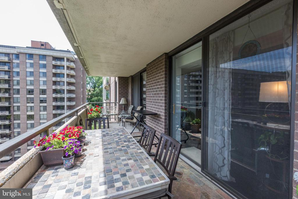 Balcony for sitting and relaxing - 1800 OLD MEADOW RD #1020, MCLEAN