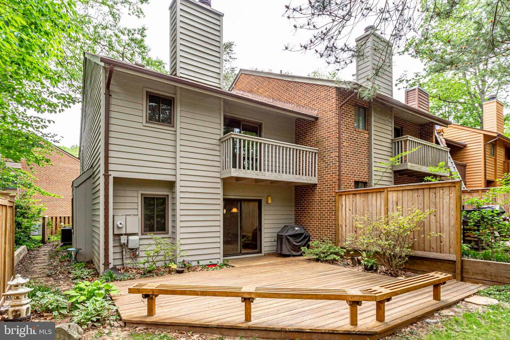 Nice built in seating around the edge! - 1955 WINTERPORT CLUSTER, RESTON
