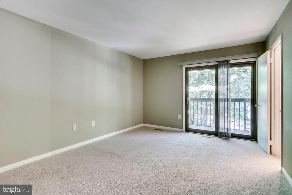 Large Master BR features boasts balcony - 1955 WINTERPORT CLUSTER, RESTON