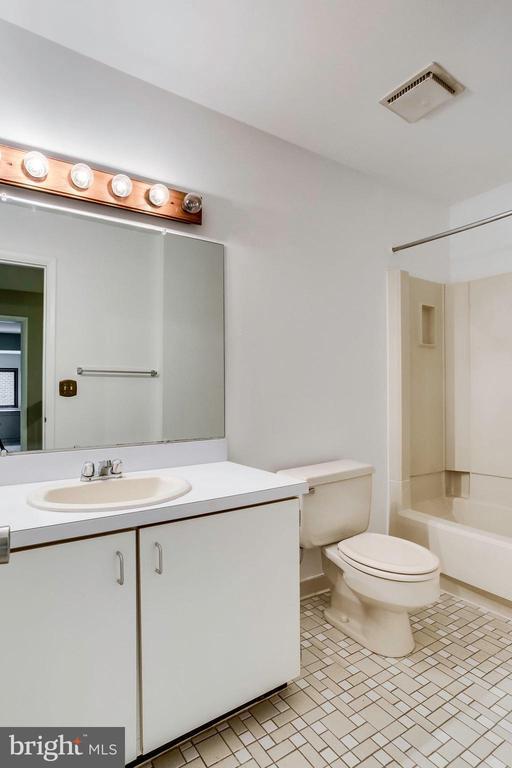 Full 2nd bathroom on upper level - 1955 WINTERPORT CLUSTER, RESTON