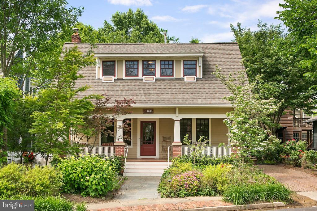 Beautiful gardens contribute to curb appeal - 1604 N CLEVELAND ST, ARLINGTON