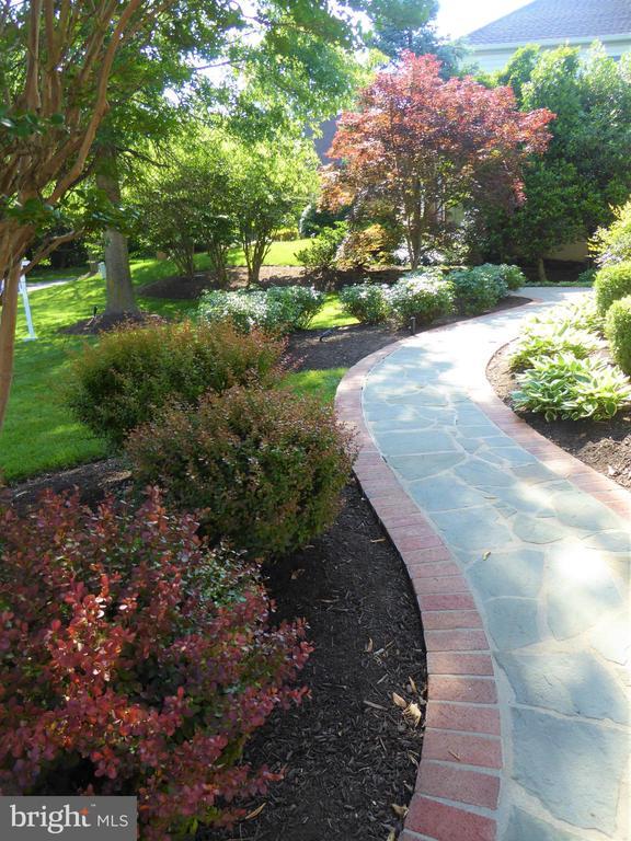 Lovely gardens - 12809 SHADOW OAK LN, FAIRFAX