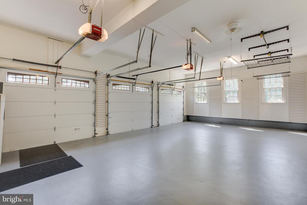 Three car garage with smart storage - 17072 SILVER CHARM PL, LEESBURG
