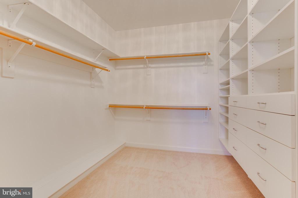 Custom closets - 17072 SILVER CHARM PL, LEESBURG