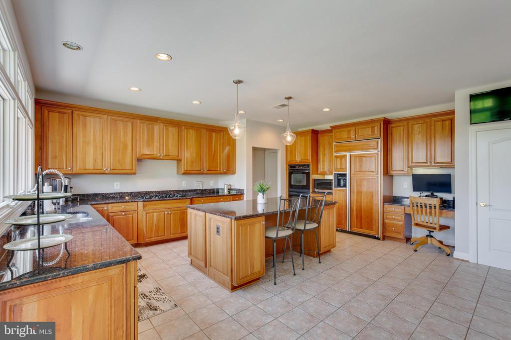 Ample cabinet and counter space - 17072 SILVER CHARM PL, LEESBURG