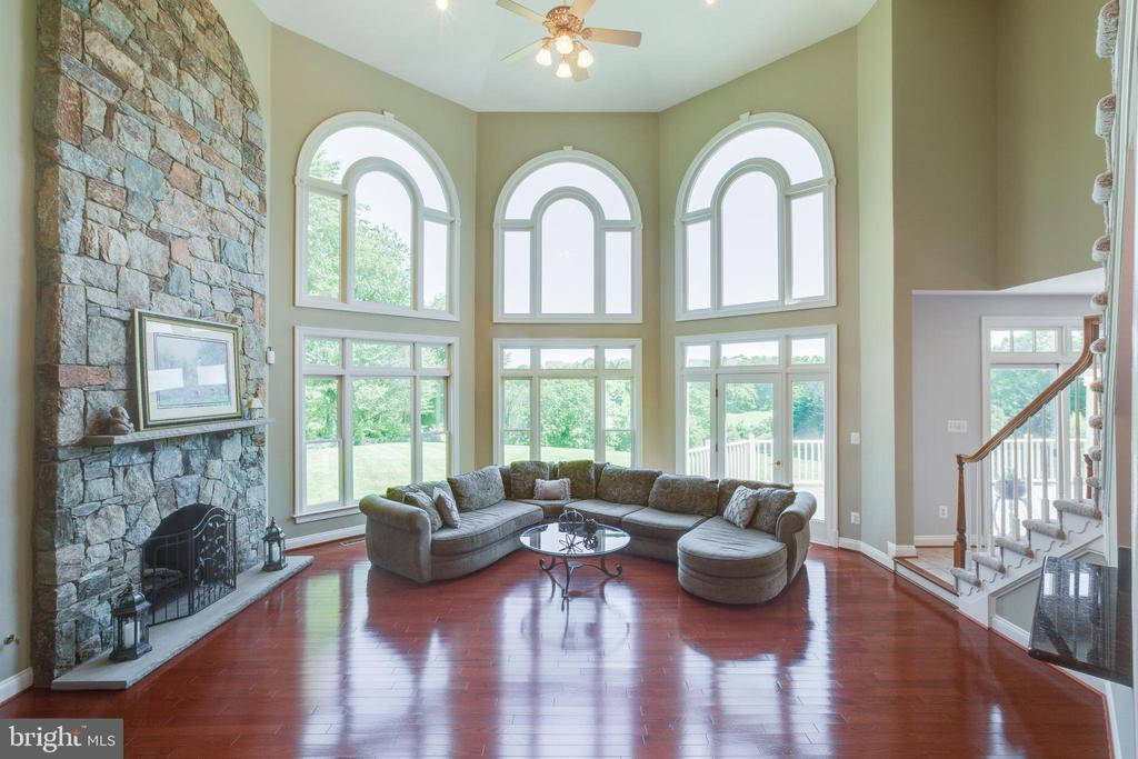 Sun drenched two story family room - 17072 SILVER CHARM PL, LEESBURG