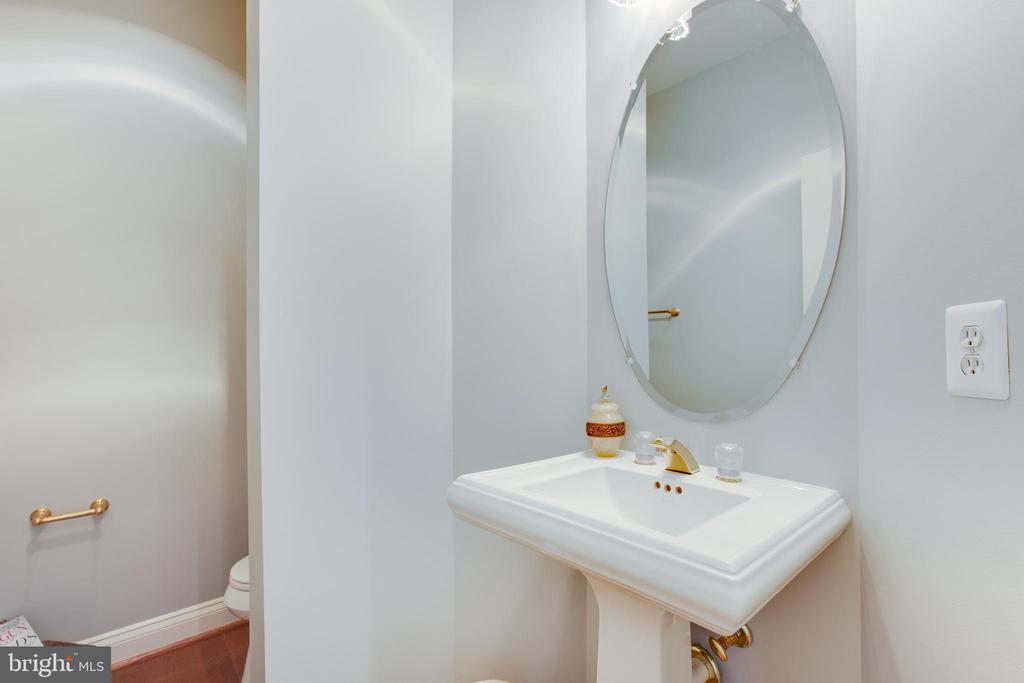 Half bath on main level - 17072 SILVER CHARM PL, LEESBURG