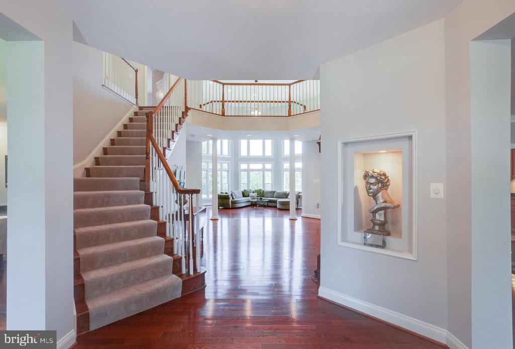 Curved stairway in foyer - 17072 SILVER CHARM PL, LEESBURG