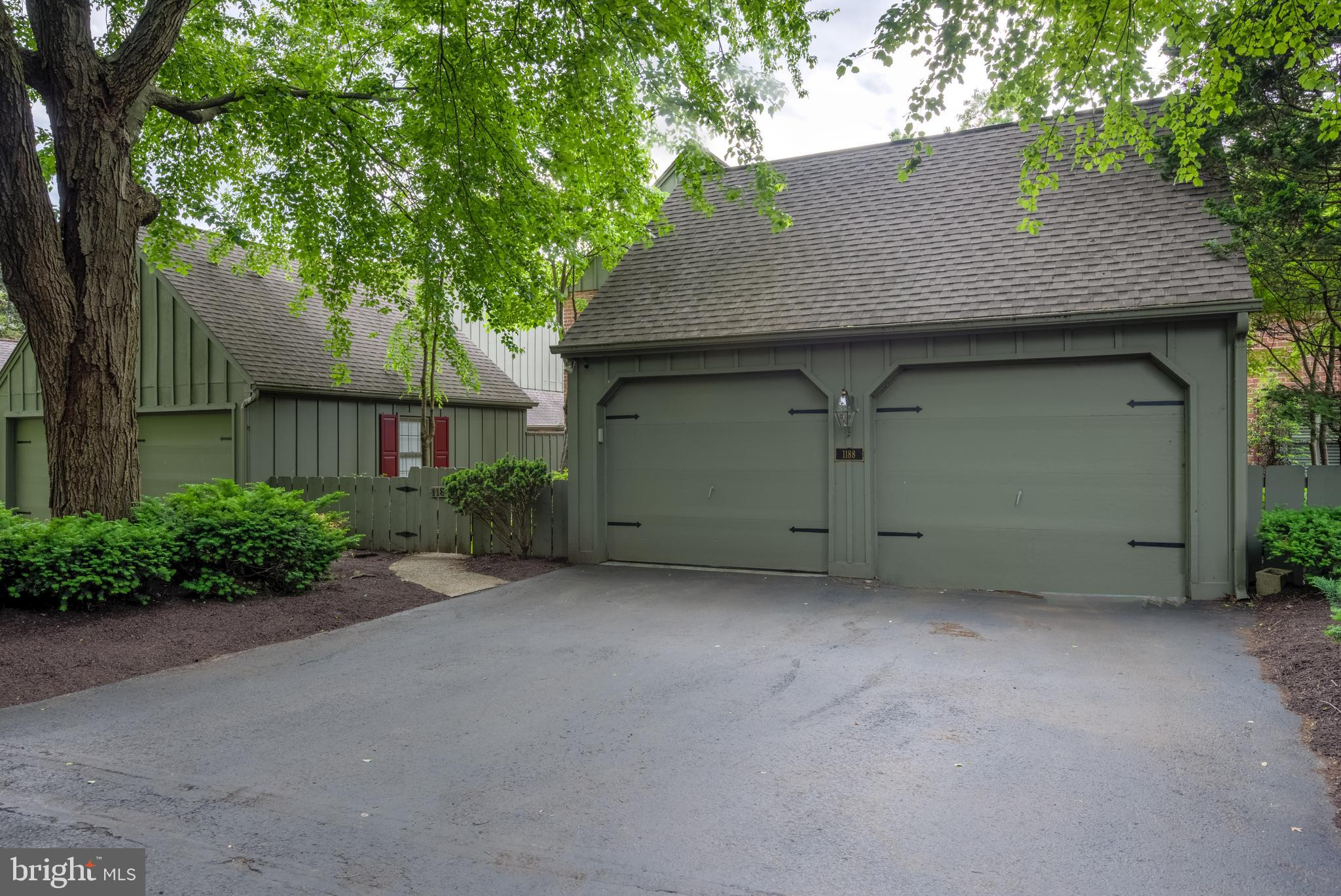 Detached 2 car garage, flat driveway