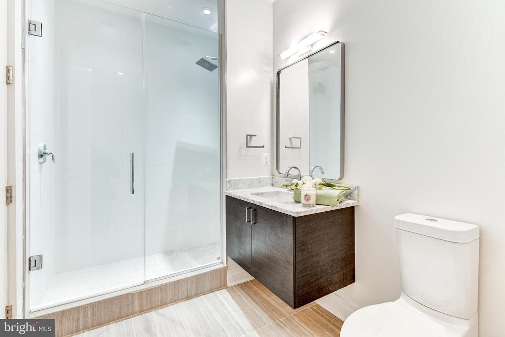 Main floor full bath - 624 8TH ST NE #101, WASHINGTON