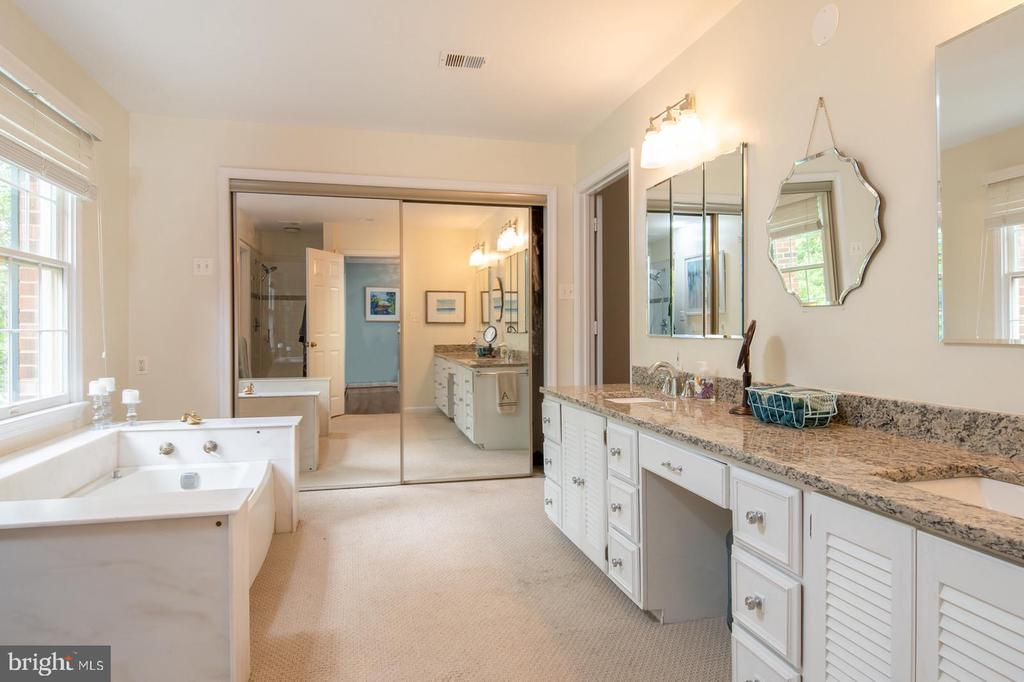Large Master Bathroom with Dressing Room - 3612 SOUTH PL #7, ALEXANDRIA