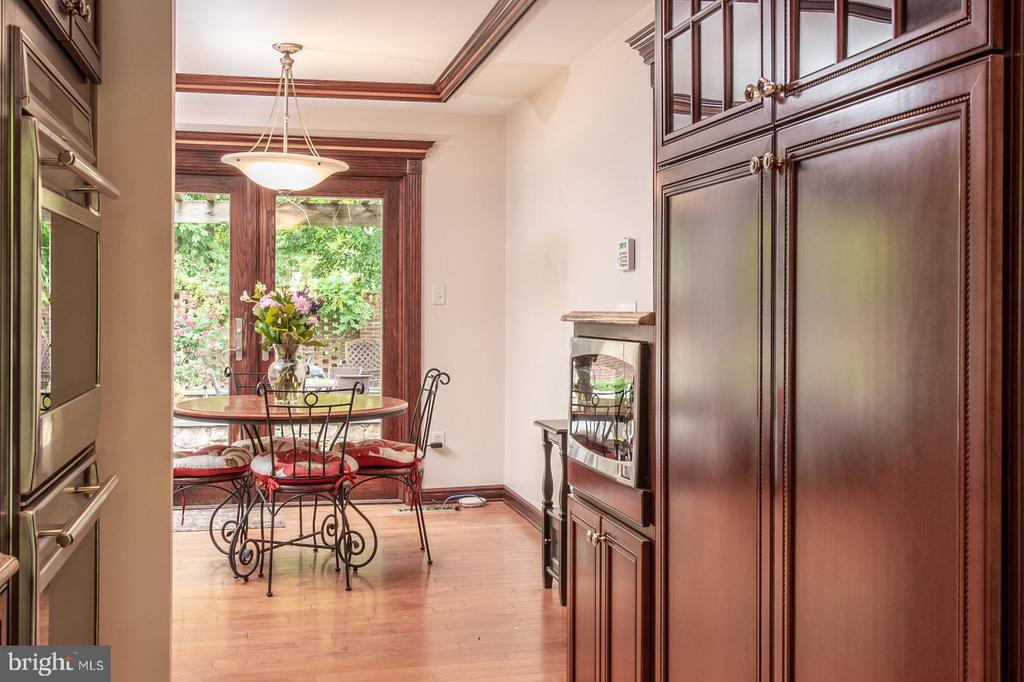 Kitchen with eating space and access to Pool - 3612 SOUTH PL #7, ALEXANDRIA