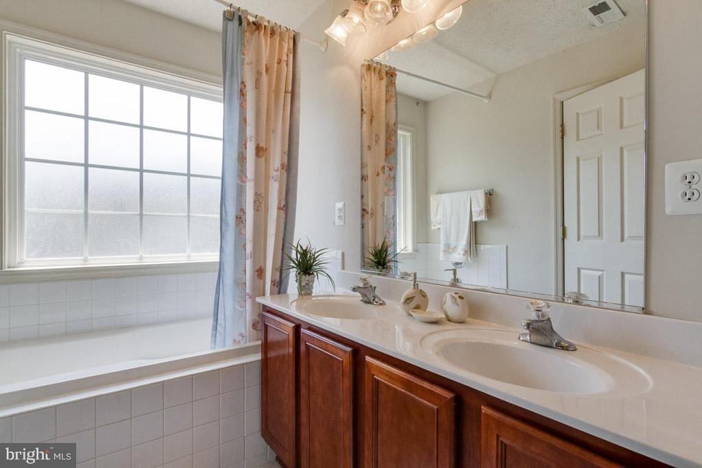 Owner's En Suite with Double Vanities, Soaking Tub - 107 STINGRAY CT, STAFFORD
