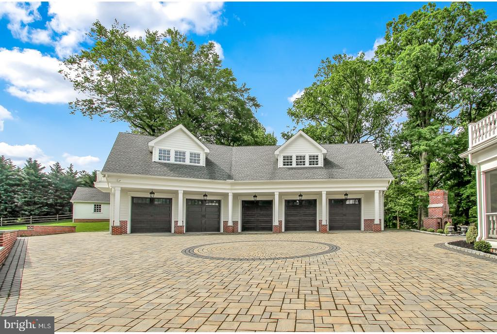 5 CAR GARAGE WITH LARGE COURTYARD - 1848 CIRCLE RD, TOWSON