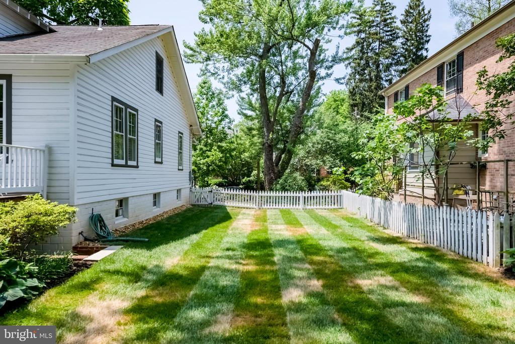 Great side yard in addition to the huge back yard - 4707 47TH ST NW, WASHINGTON