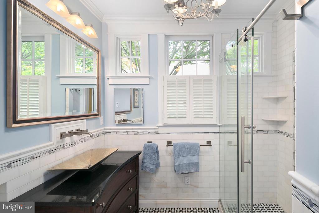 Main level full bathroom - 1604 N CLEVELAND ST, ARLINGTON