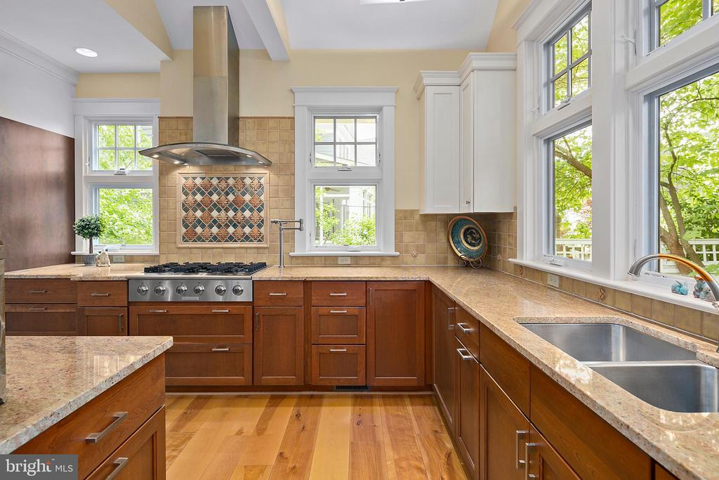 Wide plank flooring in kitchen addition - 1604 N CLEVELAND ST, ARLINGTON