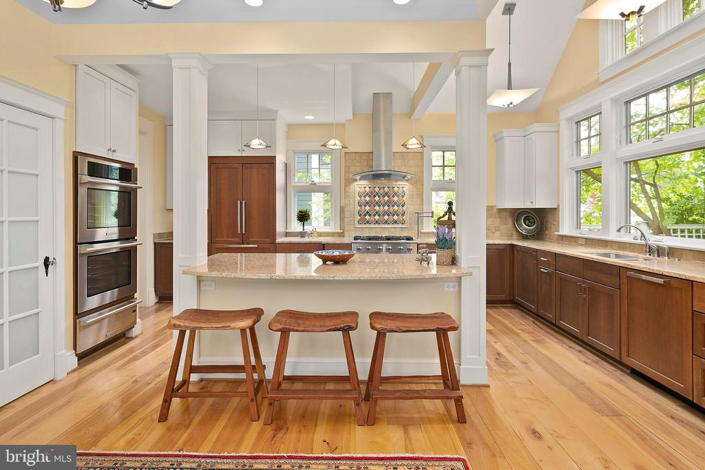 Over-sized island provides ample seating - 1604 N CLEVELAND ST, ARLINGTON