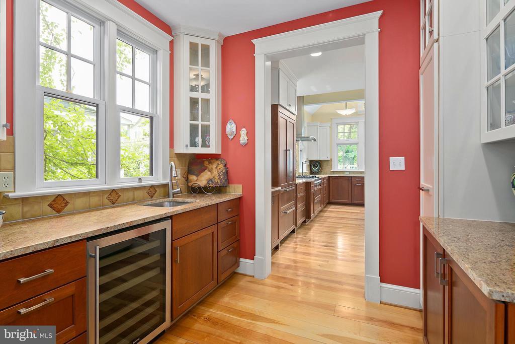 Butler's pantry provides wine/bev refrigerator - 1604 N CLEVELAND ST, ARLINGTON
