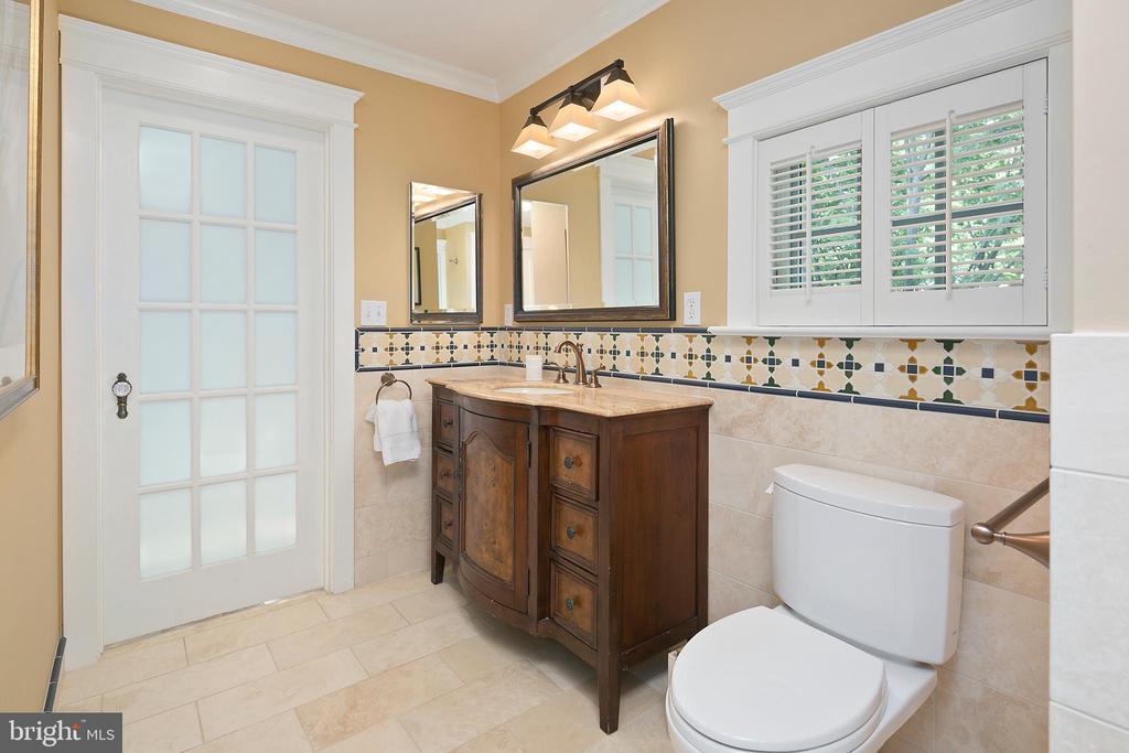 Upper level full hall bath - 1604 N CLEVELAND ST, ARLINGTON