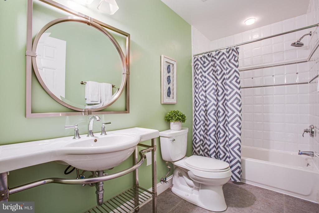 Upper Hall Bath - 902 S QUINCY ST, ARLINGTON