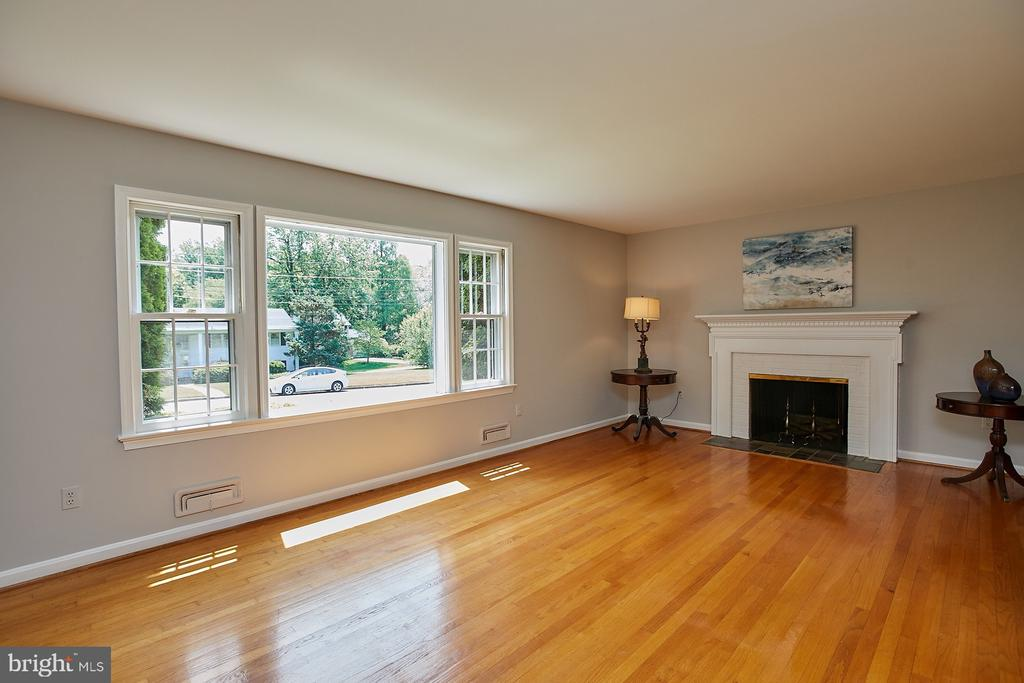 Living Rm looks out over peaceful front yard - 2430 CARON LN, FALLS CHURCH