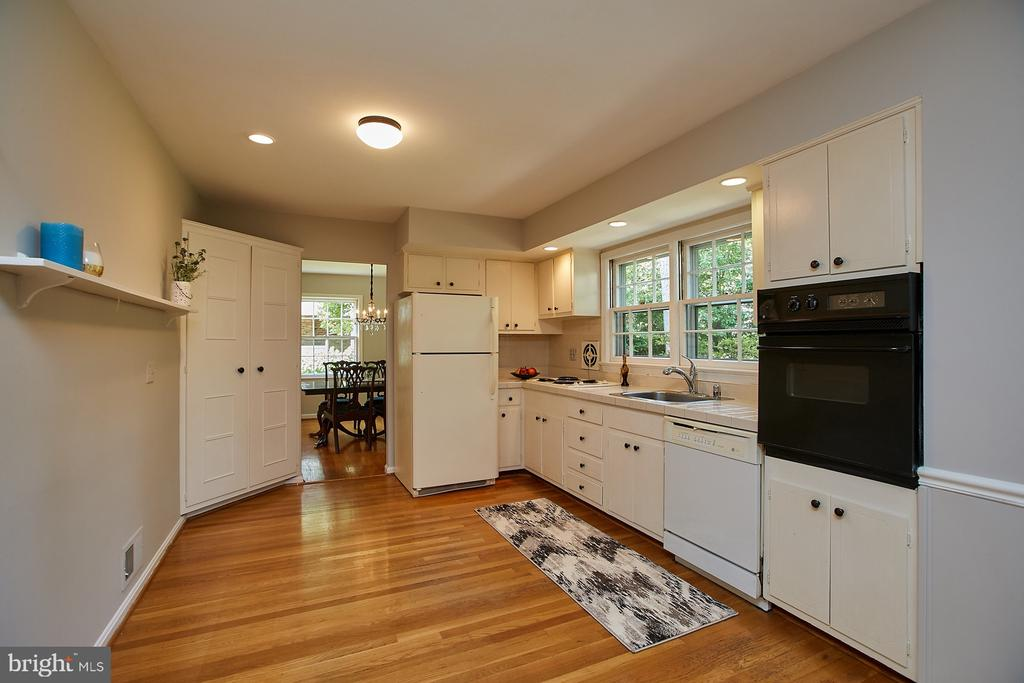 Large Eat In Kitchen w/ Window over looking Backyd - 2430 CARON LN, FALLS CHURCH