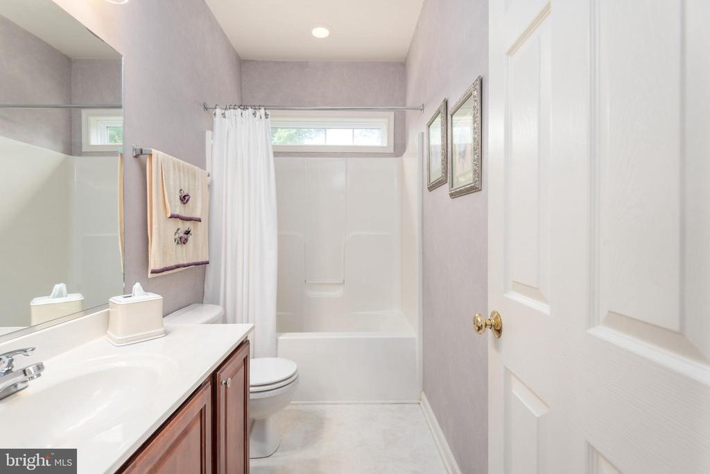 Main level full bathroom w/ two entrances. - 51 RIVER RIDGE LN, FREDERICKSBURG