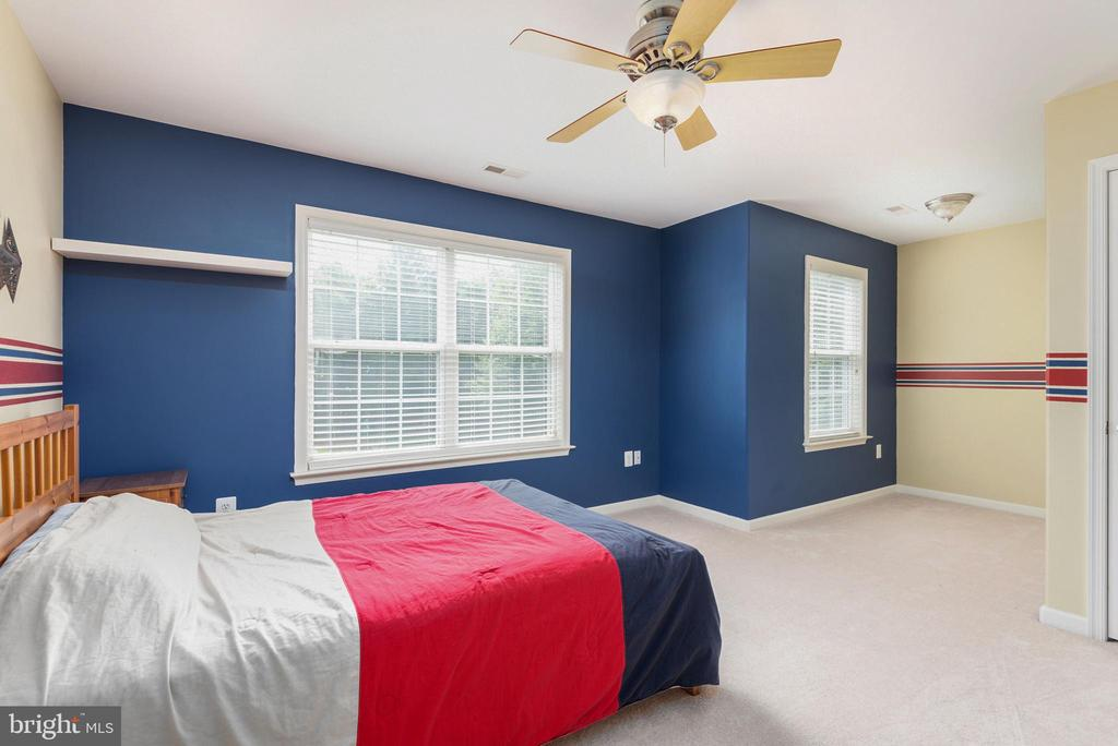 Upper level bedroom with sitting area. - 51 RIVER RIDGE LN, FREDERICKSBURG