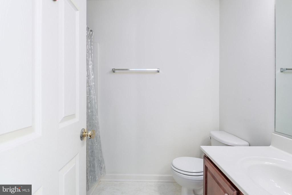 Upper level bedroom en- suite full bath. - 51 RIVER RIDGE LN, FREDERICKSBURG