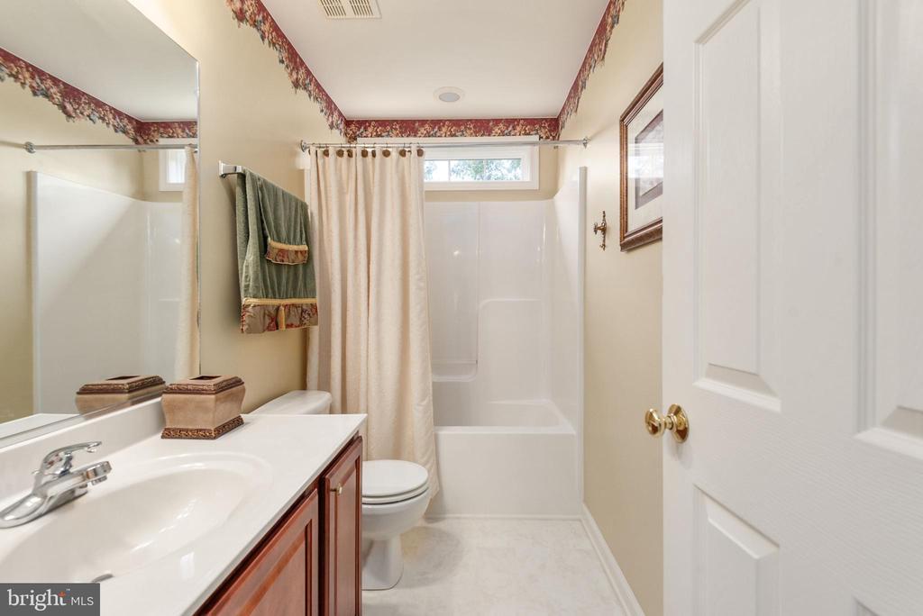 Upper level hall full bath. - 51 RIVER RIDGE LN, FREDERICKSBURG