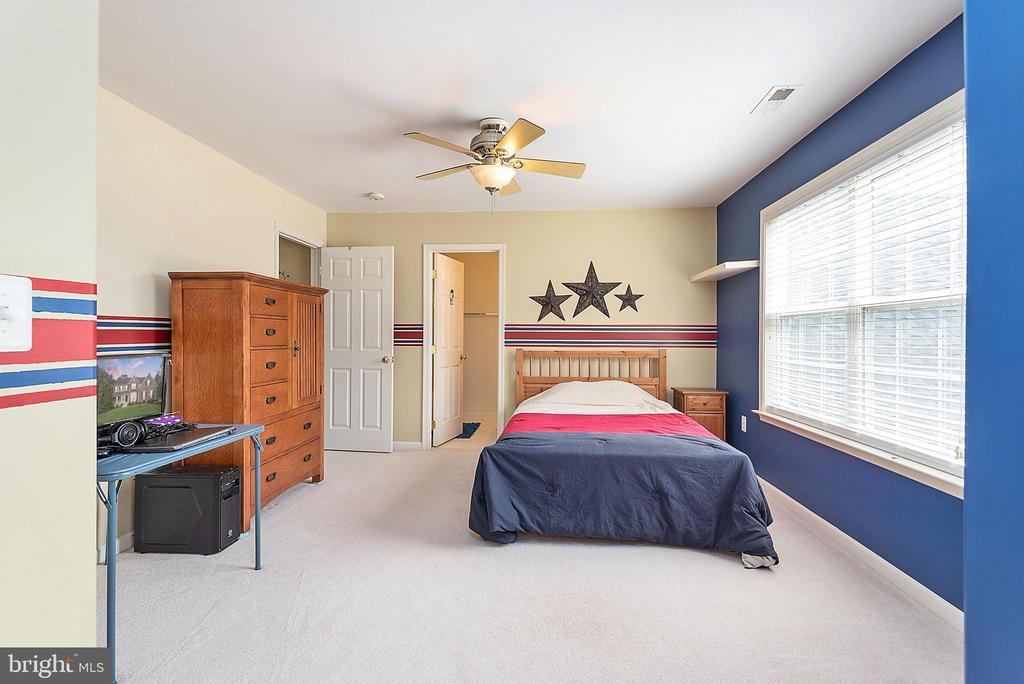 Upper level bedroom with an en-suite full bath. - 51 RIVER RIDGE LN, FREDERICKSBURG