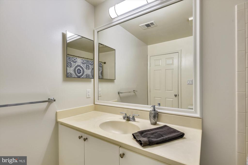 Spacious master bath with lots of counter space - 20596 CORNSTALK TER #201, ASHBURN