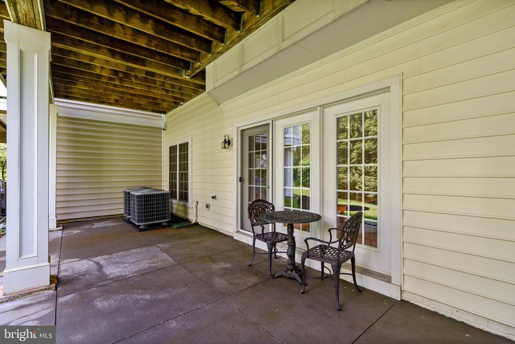 Full Length covered Porch - 43476 CASTLE HARBOUR TER, LEESBURG