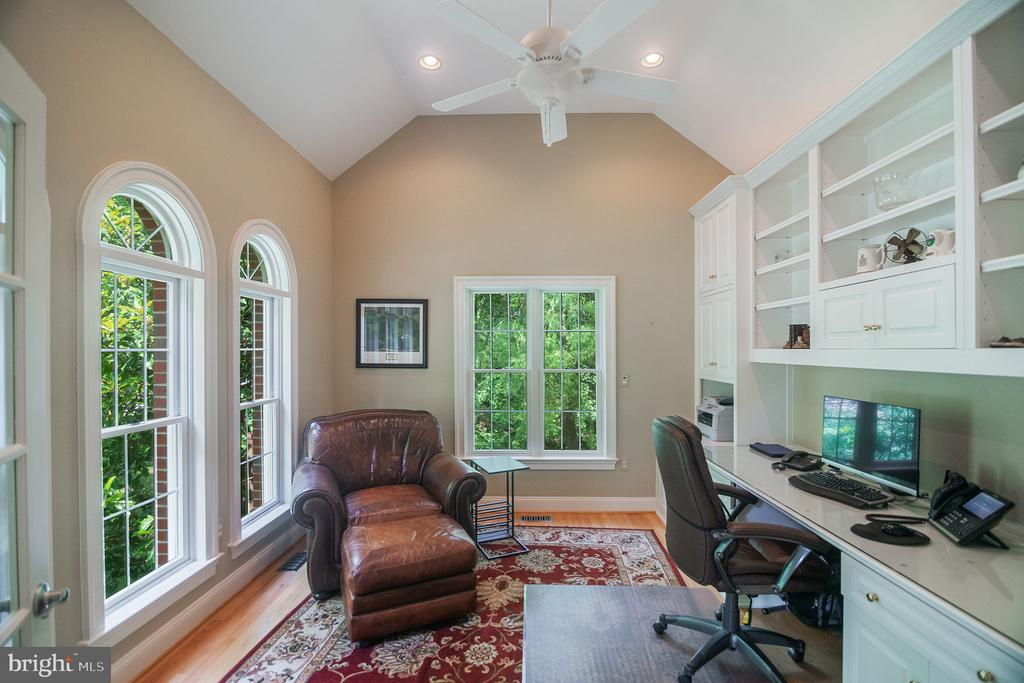 Light filled office with built-in desk & cabinets - 12009 BENNETT FARMS CT, OAK HILL