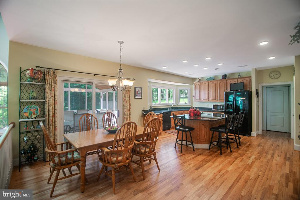 Spacious eating area in the kitchen - 12009 BENNETT FARMS CT, OAK HILL